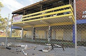 The dilapidated Kwinana Lodge Hotel.d402424
