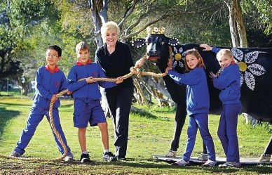 Shelley Year 3 students Hao Cui, Harvey Williams, Ella Marshall and Harmony Osborne, and teacher Lynn Croucamp with the decorated cow. Picture: David Baylis www.communitypix.com.au d403016
