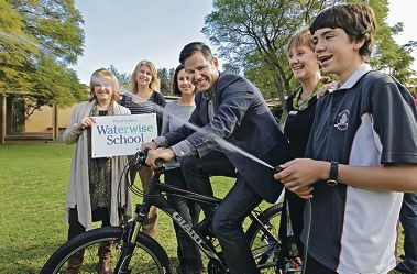 Principal Geri Hardy, Water Corporation manager customer engagement Karen Willis, MP Simone McGurk, Fremantle Mayor Brad Pettitt and carbon neutral program director Kathy Anketell watching Year 9 student Kadin Anketell-Walker try out the bike fountain. Picture: Elle Borgward www.communitypix.com.au d403214