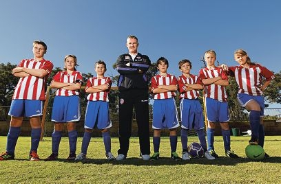 Perth Glory coach Alistair Edwards with Kwinana United juniors (from left) Wayne Henke (18), Chloe Roper (13), Jaden Vendittelli (12), Darcy Gordon (12), Lewis Follett (13), Bailey James (13) and Courtney McAuley (17). Picture: Elle Borgward www.communitypix.com.au d403817