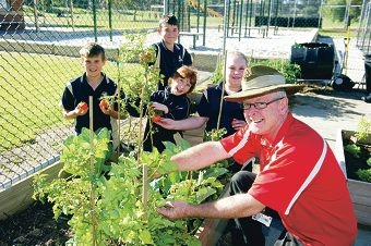 West Coast Institute of Training horticulture lecturer Ian Brunton works with Clarkson primary students Elias Shoosmith, James Hood, Jeri Gibson and Dakota Martion on the school's garden beds. Picture: Emma Reeves d403567