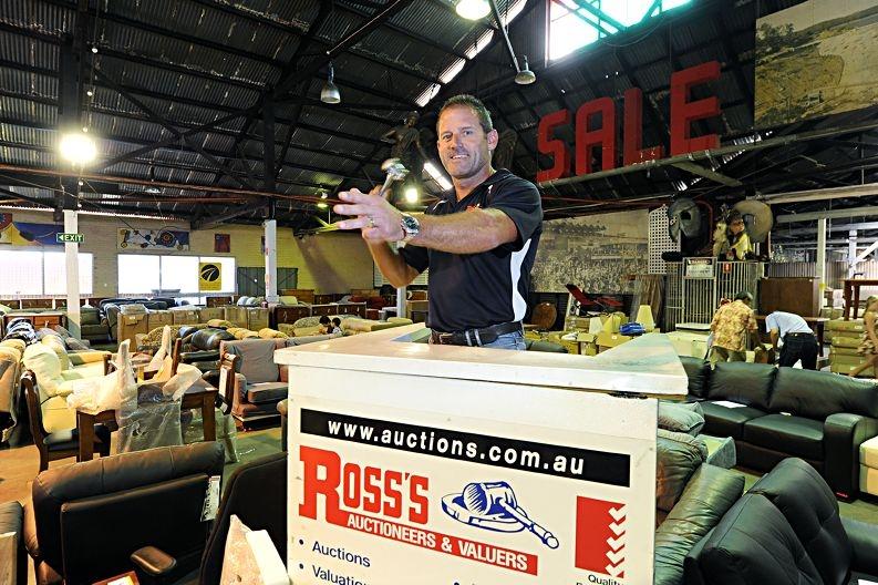 Auctioneer Craig Edwards. Picture: Marcus Whisson www.communitypix.com.au d414061