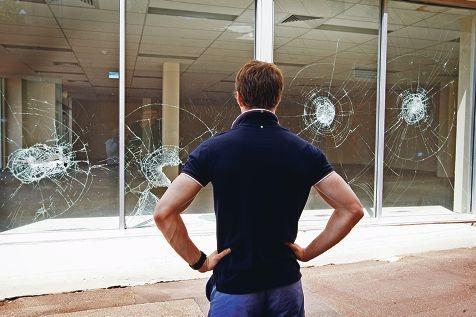 A Midland resident inspects criminal damage. Picture: Bruce Hunt www.communitypix.com.au d413440