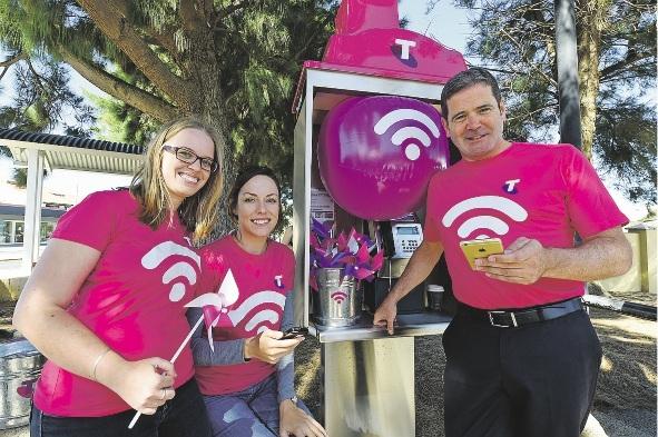 Amelie Denaeyer, Danica Hoppe and Telstra group executive Gordon Ballantyne try out the Wi-Fi. Pictures: Jon Hewson www.communitypix.com.au   d436337