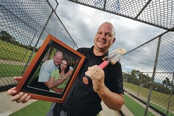 Dean Findlay holds a picture of his wife. Picture: Jon Hewson www.communitypix.com.au d396257