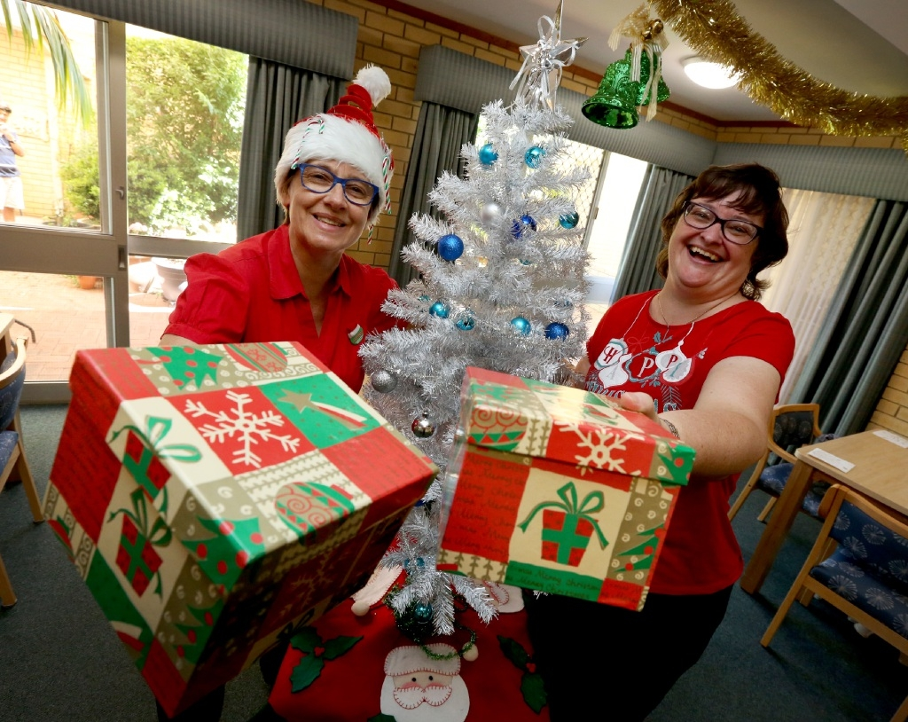 Carer Betty Detering and Head Cook Robyn Ferguson prepare for Christmas day. Picture: Matt Jelonek www.communitypix.com.au   d447652