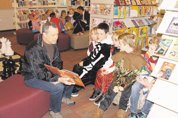 Andrew Gordon reads to pupils Tekei Wyllie, Kasey Gordon, Rhylee Bevan, Aydan Shelley and Shane Moody.