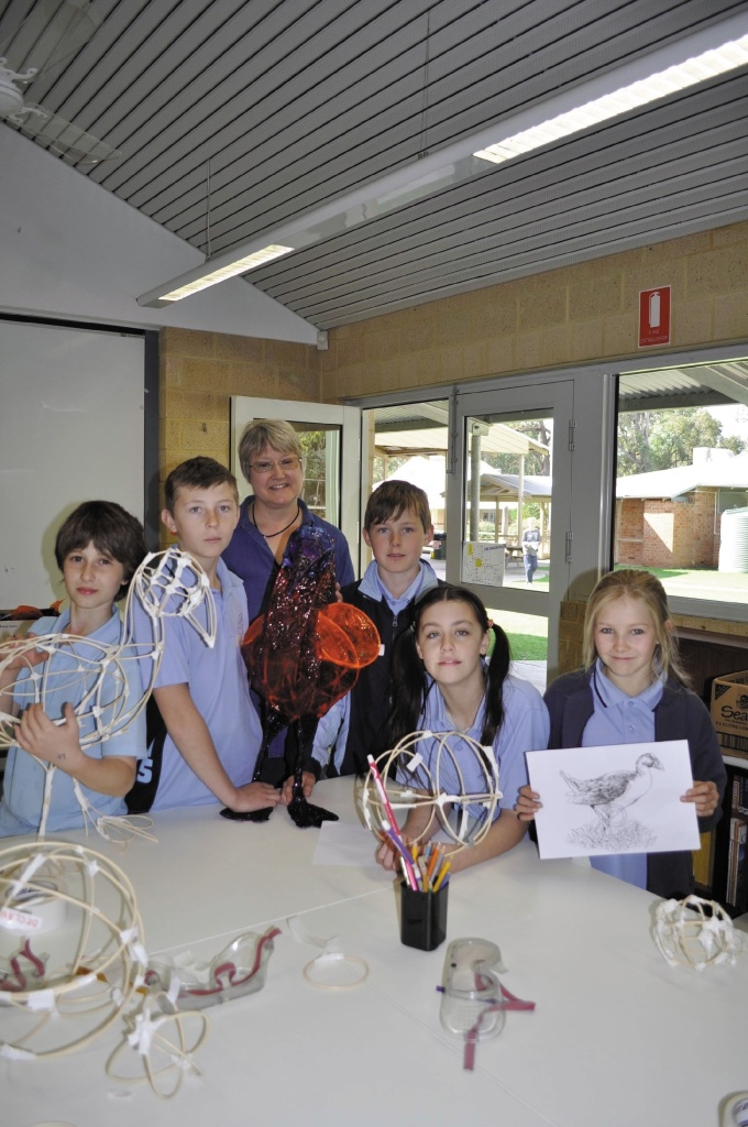 Chidlow students with artist Louise Cook.