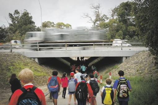 Hampton Park Primary School students use the underpass on Tonkin Highway.   |Picture: Andrew Ritchie        www.communitypix.com.au   d442486