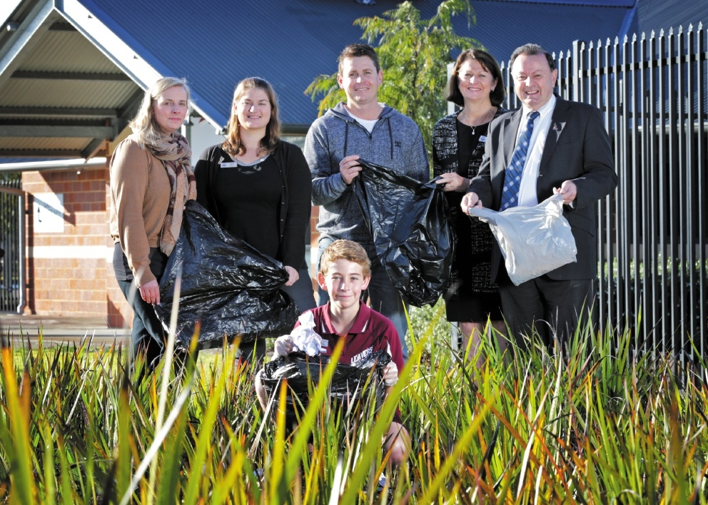 Aveley Primary School teachers Stephanie Dugdale and Kylie Davis with Brett Spargo, school principal Helen Fiebig and Swan Hills MLA Frank Alban with Ben Spargo (11, front).  Picture: David Baylis        www.communitypix.com.au   d442356