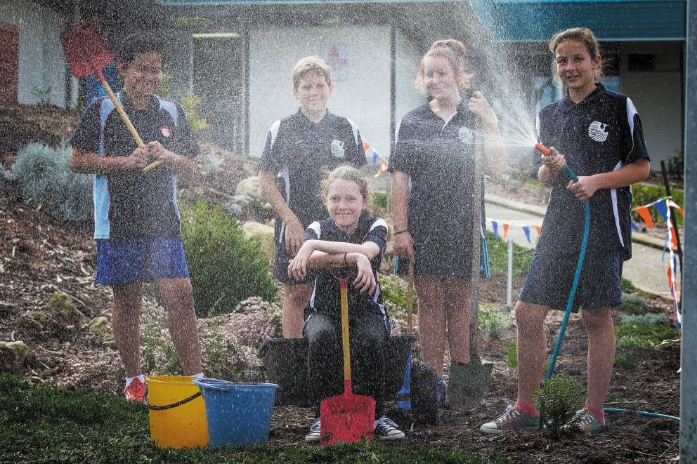 Students Marc Rigor, William Baker, Nicole McLeod, Savannah Cunningham and Aimee Flajt help to set up the new garden.  Picture: Will Russell        www.communitypix.com.au   d441920