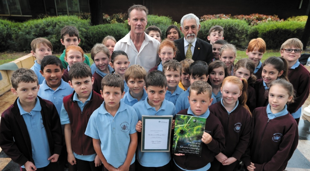 Teacher Greg Lund with Councillor John Chester and the Year 4 students. Picture: Martin Kennealey           d441348