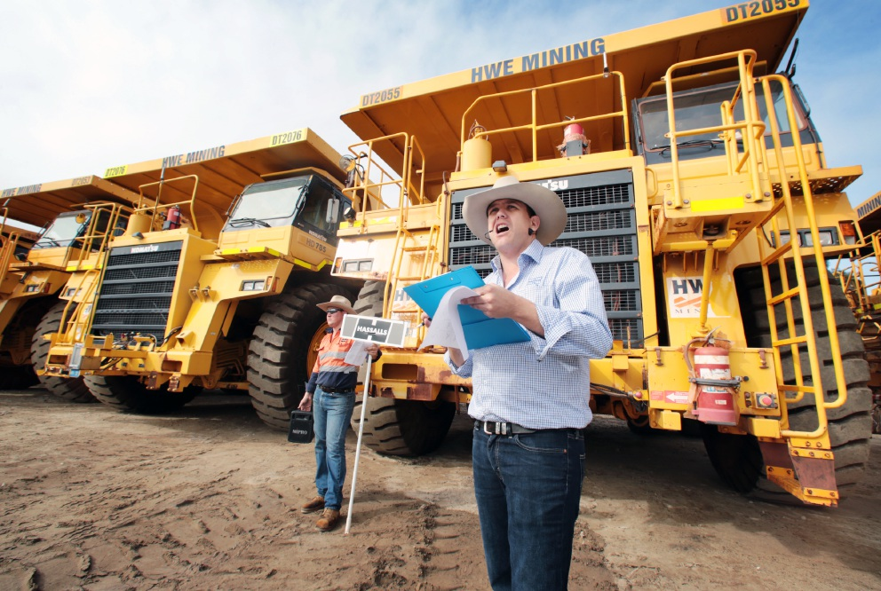 Corey Brown assists Hassalls auctioneer Russell Keast. Picture: David Baylis        www.communitypix.com.au   d454336