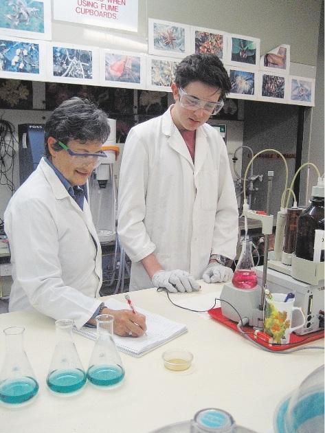Technical officer Leonarda Paszkudzka-Baizert and Mitchell Bruce in a laboratory.