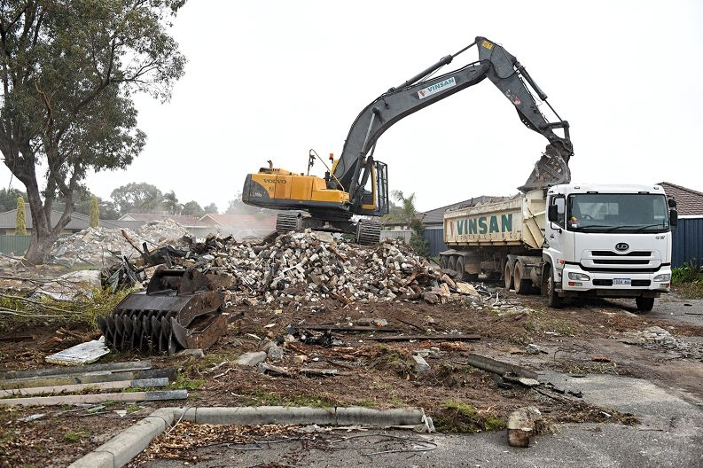 Demolition of apartment block on Braithwaite Road in Lockridge.