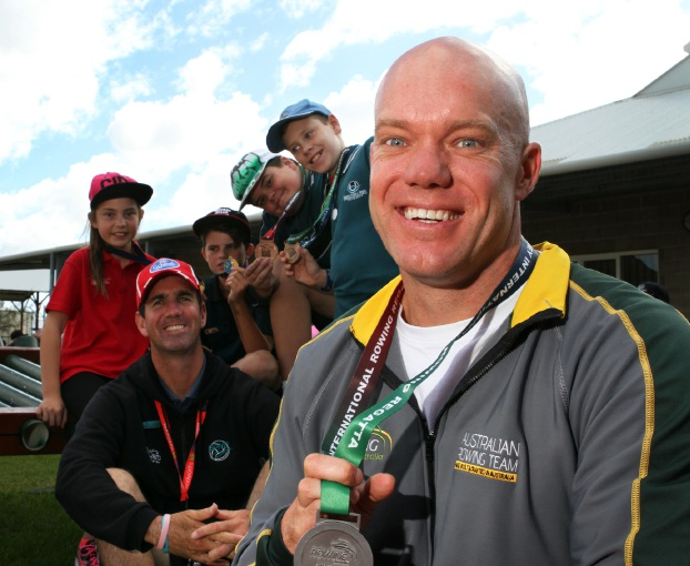 Rower Brock Ingram with Bletchley Park Primary School students Jordan Collins, teacher Clint McNerney Kade North, Corey O'Leary and Bradley Perman.  Picture: Robin Kornet         www.communitypix.com.au   d454050