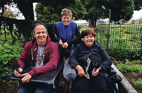 Garden committee member Eugenie Stockmann (centre) with Brightwater clients Frank Roelofs and Rhonda Leauy. d422017