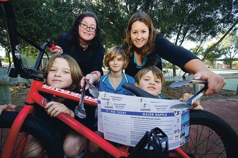 Carly Nasso and Tam Smith, with students Rainer Shaw, Josh Attrill and Beckett Shaw, are getting ready for Saturday's sausage sizzle. Picture: Emma Reeves www.communitypix.com.au d422398