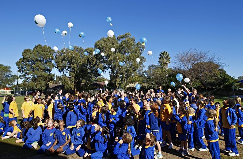 Year 6 students release their balloons. Picture: Elle Borgward d420800