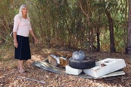 Gayle Potter points to rubbish in Woodbridge Creek Reserve. Picture: Matt Jelonek www.communitypix.com.au d417813