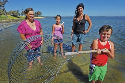 Crabbers Val Gallop, Breanna Francis (9), Cushla Westbrook and Tyson Francis (7). Picture: Jon Hewson www.communitypix.com.au d413747
