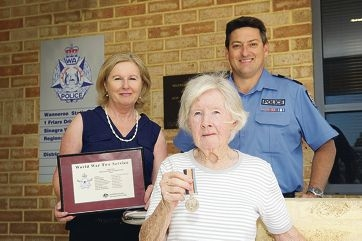 Sandra Kelly with her Shirley Kilgariff and Sergeant Steve Walters, who returned the medal to Mrs Kilgariff. Picture: Emma Reeves www.communitypix.com.au d411015