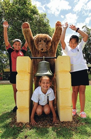 Mariah Nicholson, Tod the Mascot, Olivia Lilley (crouching under the bell) and Gift Mendoza. Picture: Elle Borgward www.communitypix.com.au d411648