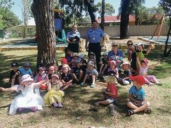 Wanneroo Police Constable Dunkley and Sergeant Walters with kindergarten staff and children.