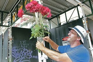 Andrew Kylie places roses at Guildford Hotel in a show of support for its restoration. Pictures: Bruce Hunt www.communitypix.com.au d410751