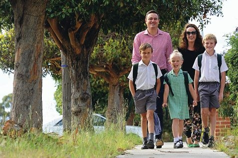 Strolling safely to school are Marcus and Vanessa Strohmeier with their children Josh, Stella and Jakob. Picture: Marcus Whisson www.communitypix.com.au d409657