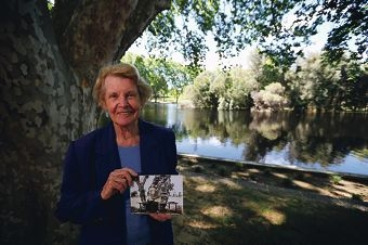 Jeanette Gaebler with the historic Hyde Park photo. Picture: Andrew Ritchie d409442