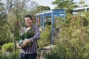 Chris Ferreira helps avid gardeners and novices. www.communitypix.com.au d406320