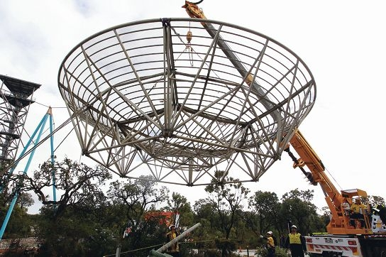 The dish is lowered into place. Picture: Bruce Hunt www.communitypix.com.au d404272