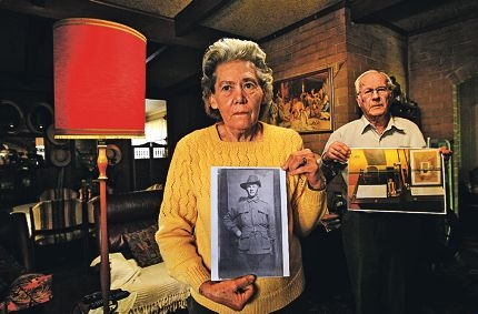 Pamela and Ian Hollings with their remaining memorabilia. Picture: Elle Borgward www.communitypix.com.au d404337