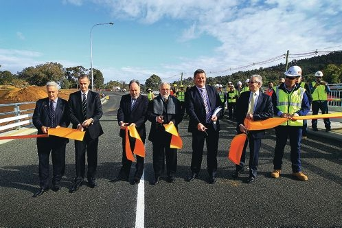 Canning MHR Don Randall, Darling Range MLA Tony Simpson, City of Armadale chief executive Ray Tame, Armadale Mayor Henry Zelones, Main Roads WA managing director Stephen Troughton, Main Roads WA Commissioner Reece Waldock and Bocol Constructions head contractor Dermott Boyle all have a hand in officially opening the bridge. www.communitypix.com.au d404917