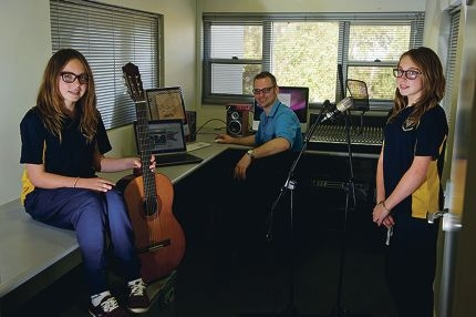 John McPherson with young musicians Asha (left) and Lili Osbaldiston, Picture: Emma Reeves www.communitypix.com.au d405256