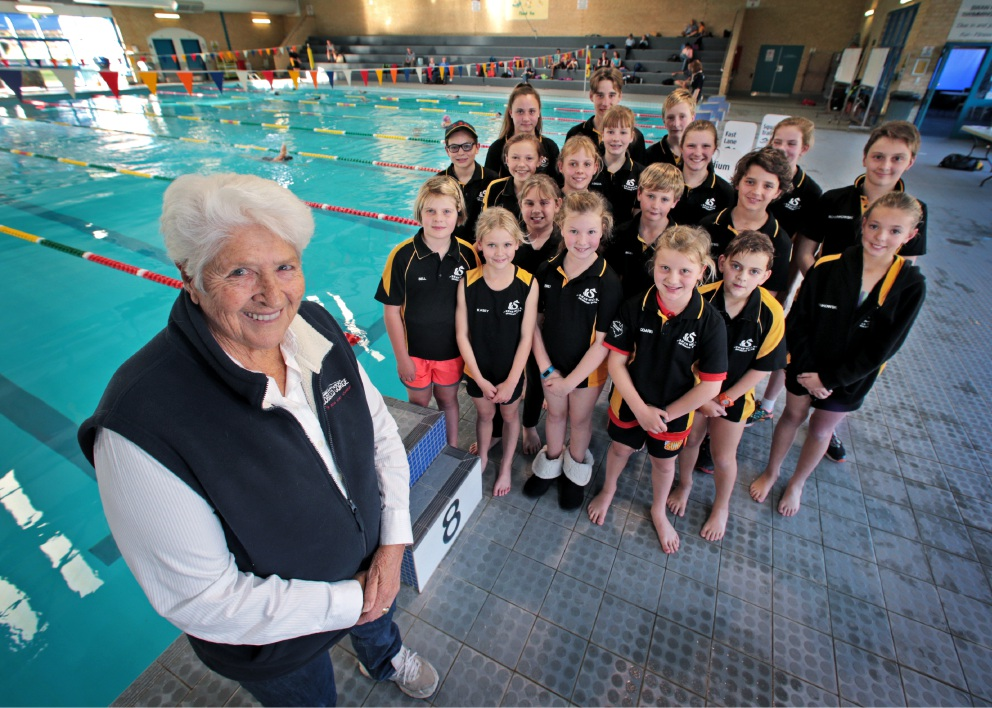 Dawn Fraser with Swan Hills Swimming Club members at the Swan Park Leisure Centre in Midvale.  Picture: David Baylis www.communitypix.com.au                                      d454645