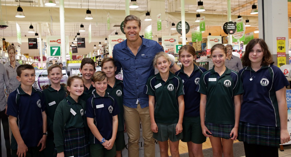 Bondi Vet Chris Brown with Kinross primary students. Picture: Martin Kennealey    d455745