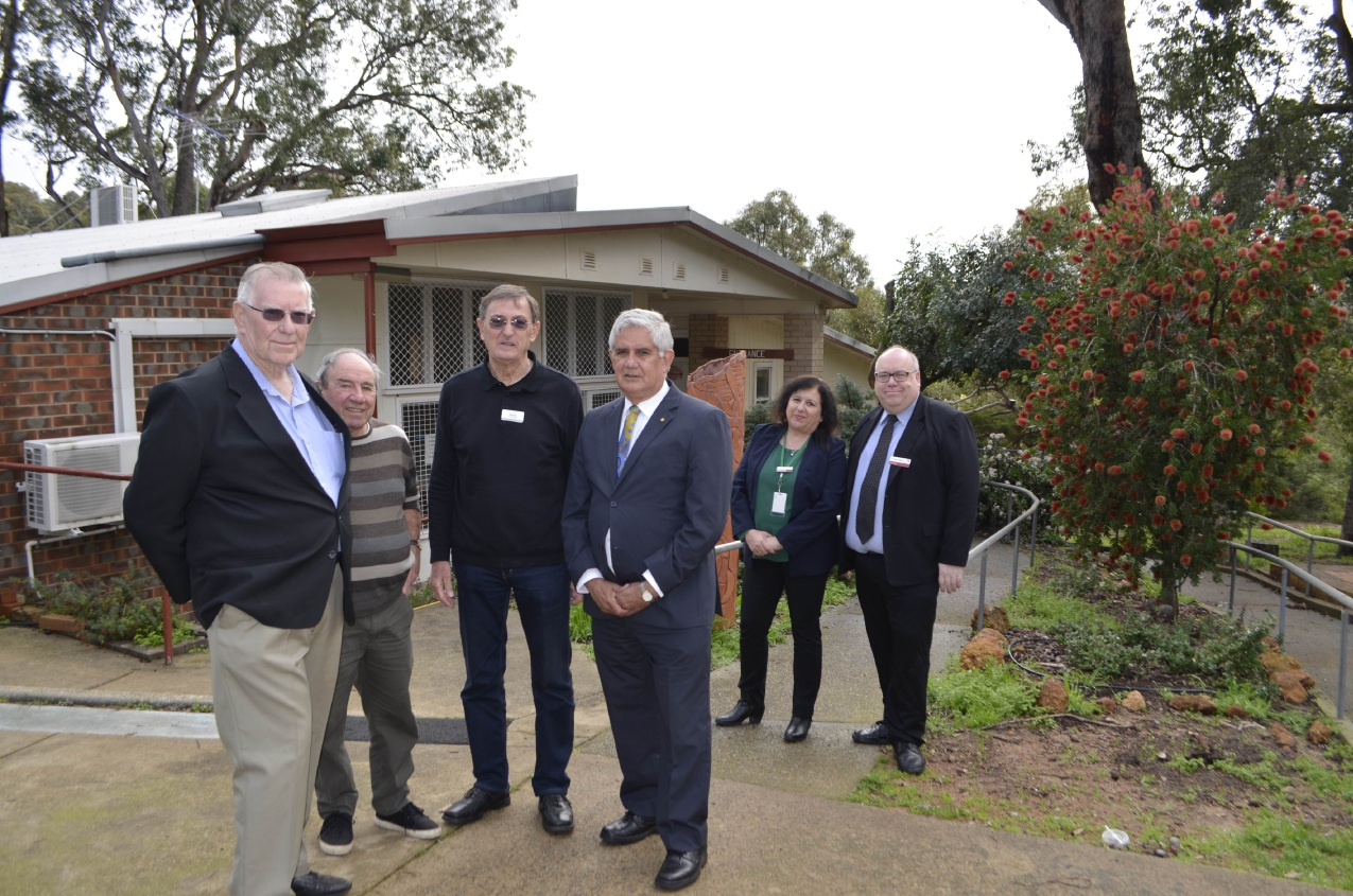 Hasluck MP Ken Wyatt and KCLC members  with Kalamunda Shire CEO Rhonda Hardy and President Andrew Waddell.