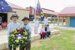Year 6 students Kalani Payne, Jake Willmott, at front with wreath, Neve Macleod, Nic Wood and Luke McGuiness, sitting, and Josh Griffiths and Harrison Cook, at rear. Picture: Emma Goodwin www.communitypix.com.au d428406