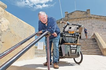 Mike Pauley with his barrow at the Round House in Fremantle.