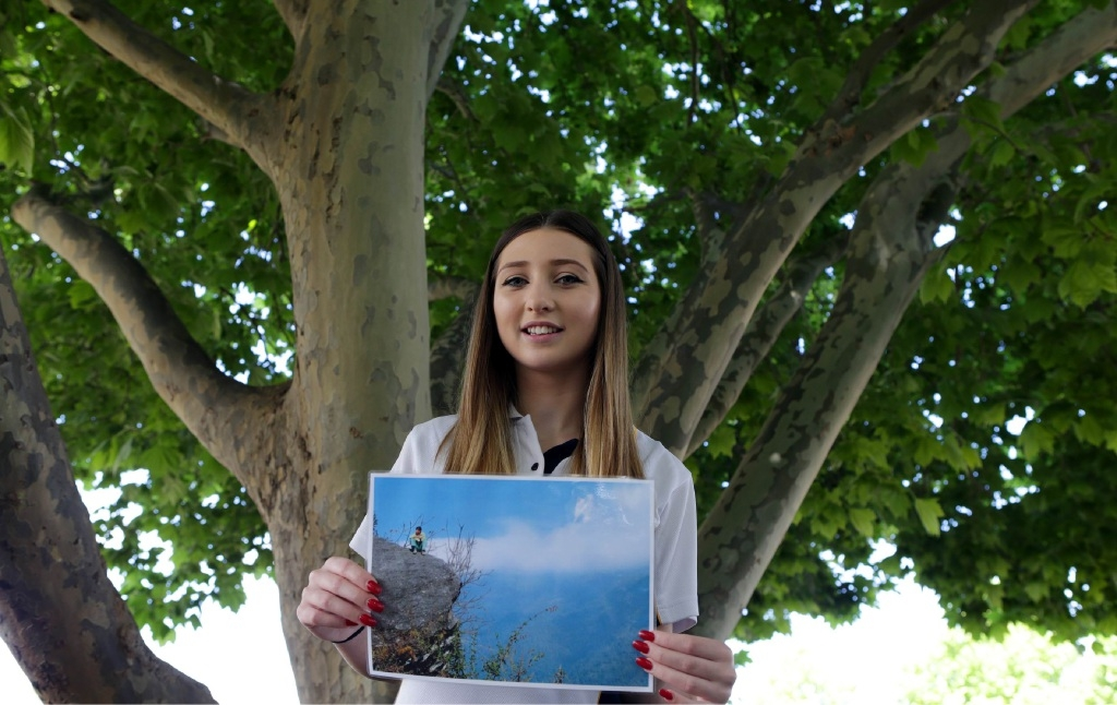 Miranda Hardman with her photo. Picture: Martin Kennealey           d445464