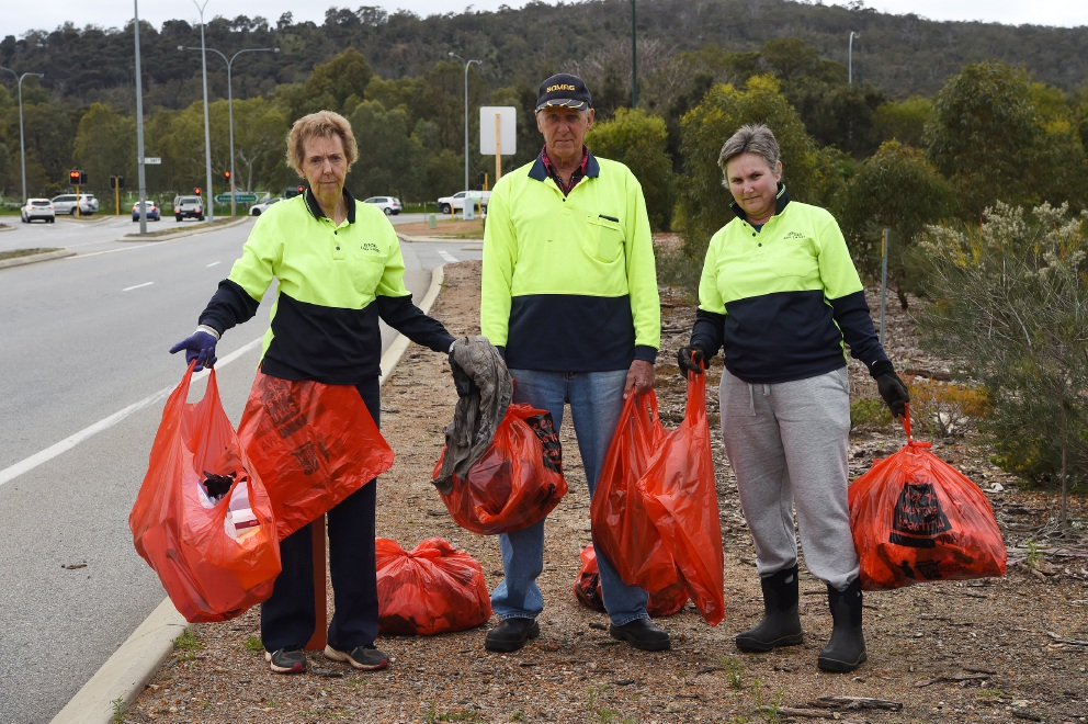 Byford residents Colleen Rankin, Max Erskine and Ruth Conway collect up to 60 bags of rubbish from the streets each week.  Picture: Jon Hewson          d458387