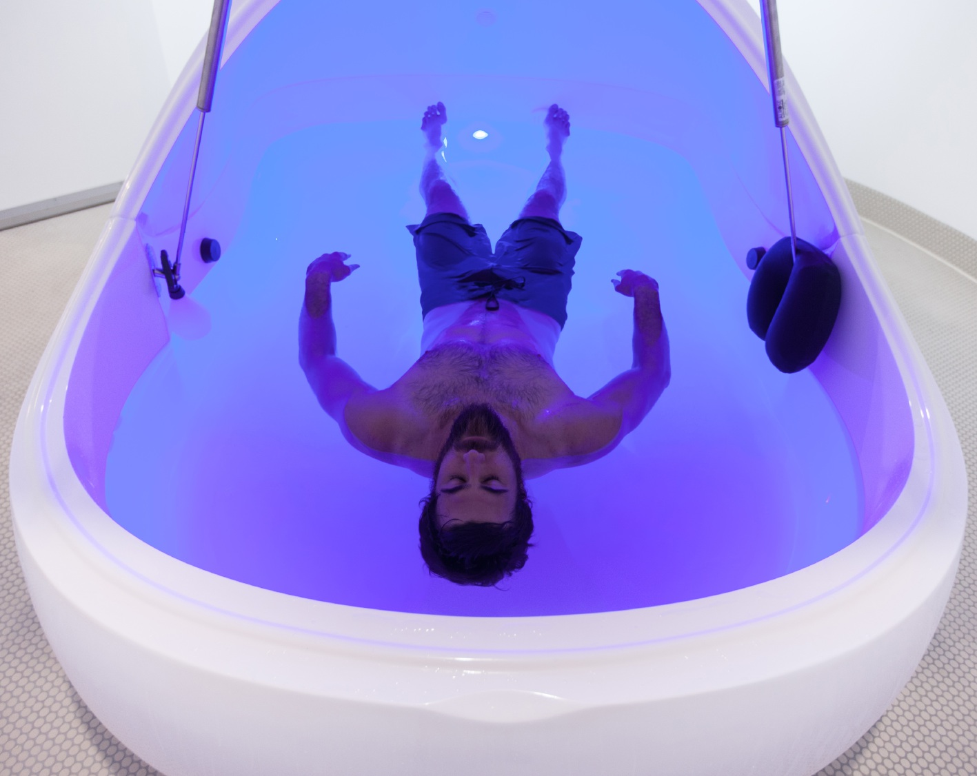 Josh Kennedy tries out the therapy for himself. Picture: Tom Elliott