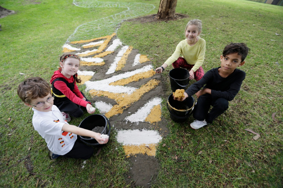 Lucas Van Der Loo, Eva Rudd, Madison Rain and Malachi Sears do some sand painting for West Balcatta Primary's NAIDOC Day event. Picture: Andrew Ritchie d455051