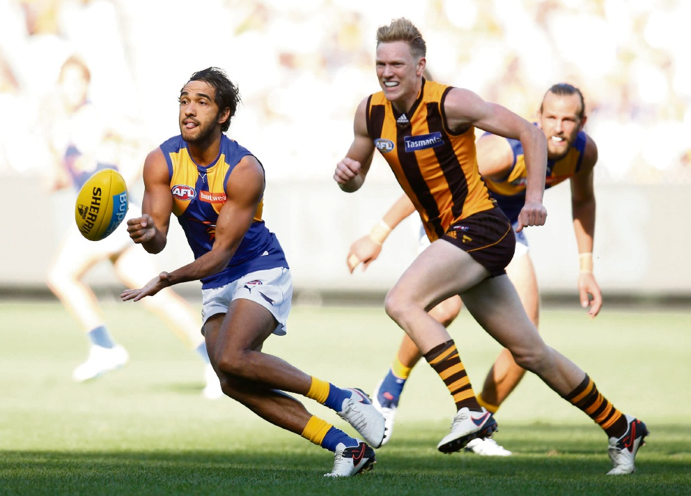 Jamie Bennell gets a handball in ahead of Hawthorn's James Sicily.
