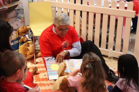 Hasluck MHR Ken Wyatt reads to kids at Midland Gate.