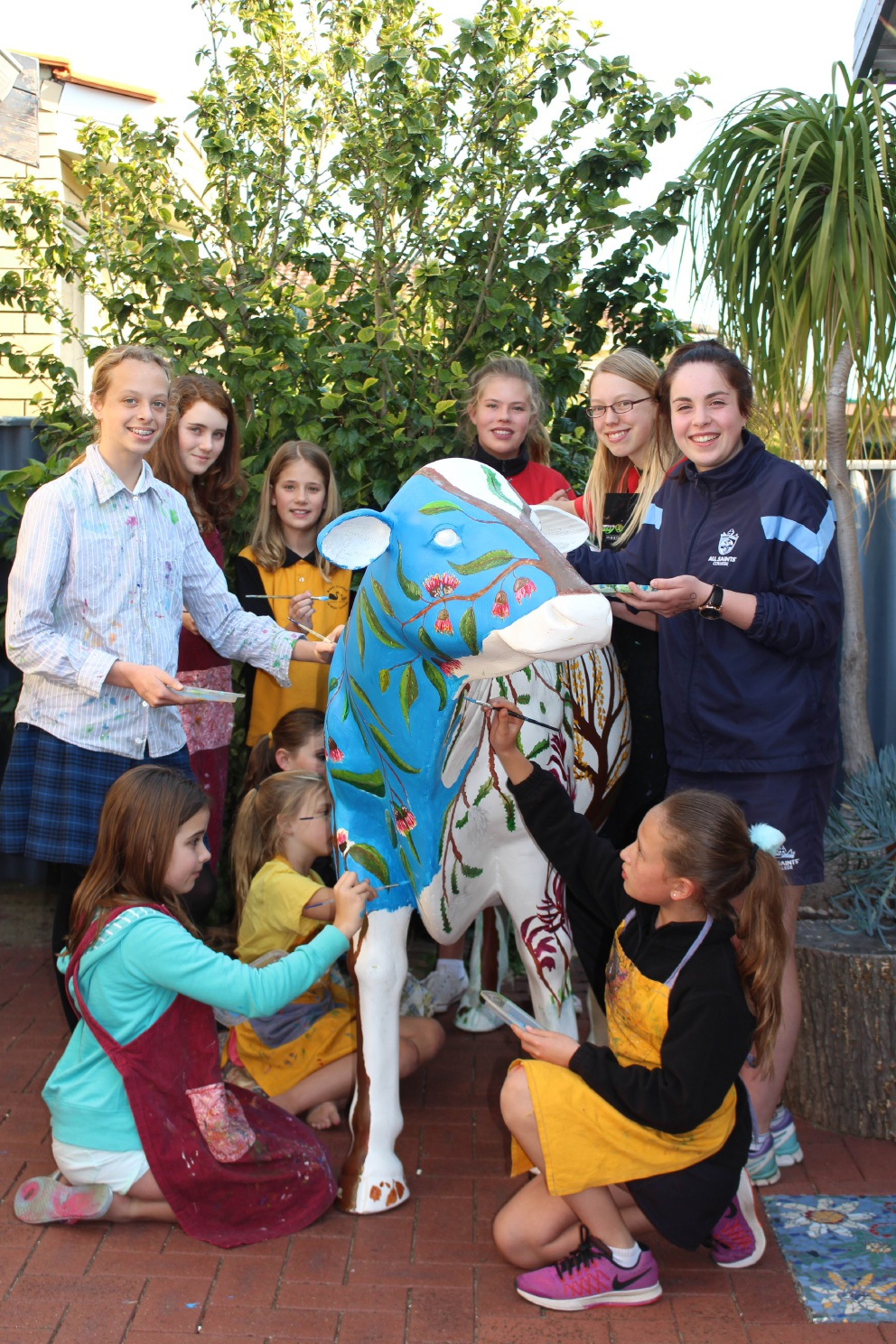 Melville art students lend a helping hand with replica cow for Perth Royal Show