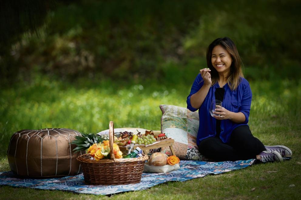 Rowena Lynch sets up a picnic. Picture: Andrew Ritchie   www.communitypix.com.au   d460938