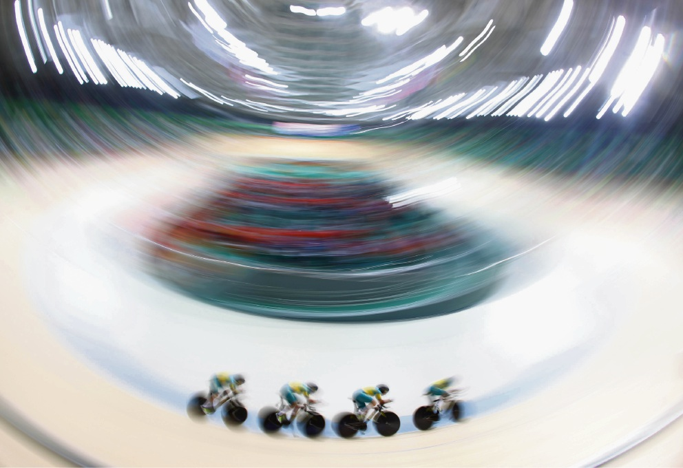 The women's team pursuit in action in round three on Saturday. Picture: Gettty Images.